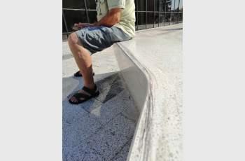 Скейтъри надраскаха новите пейки пред галерията СНИМКИ