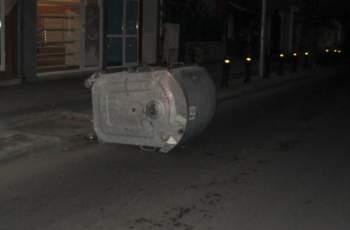Вандали бутнаха контейнер на пътя СНИМКИ