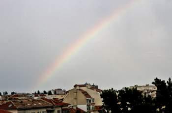Разхлаждащият дъжд не заваля, компенсира го красива дъга