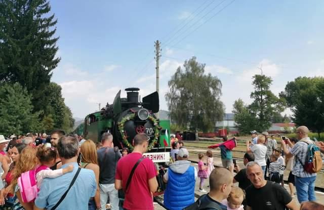 Велинград посрещна празничния парен влак