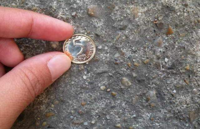 Видите ли монета на пътя, не посягайте към нея, преди да...
