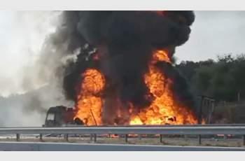 Тир със спрейове се запали на магистралата