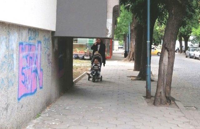 """Предупредителна табела и голям надпис на тротоара """"Погледни"""" ще пази"""