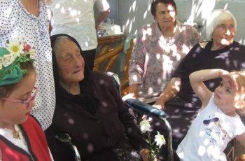 Баба Гена на 104 години игра в сватба отпреди век