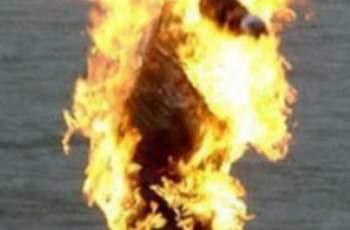 Мъж се поля с бензин пред сградата на ЕК и ...