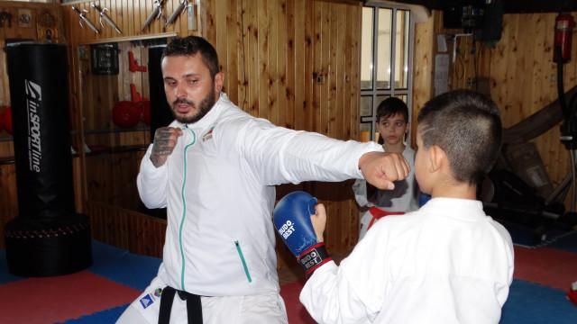 Силвестър Гьолски учи на техники млади каратеки - 1