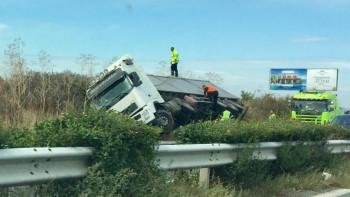 Ад на пътя: Обърнаха се камиони, превозващи бира и царевица