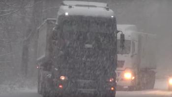 В снежен капан! 20 камиона и буса заклещени в Подбалкана ВИДЕО