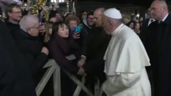Невероятно: Папата удари по ръката нахална жена