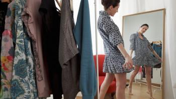Как да изглеждаме по-млади с помощта на дрехите СЪВЕТИ