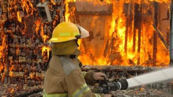 Огнен ад в Асеновград! Изгоряха общинска сграда и три коли