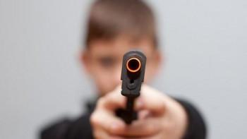 ВИДЕО: Седем деца се млатят, едното вади пистолет и започва да стреля