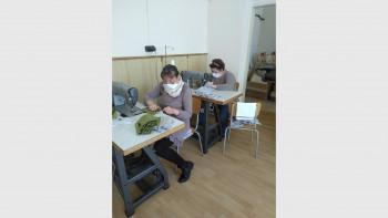 Професионални гимназии шият маски за учители и медиатори в махалите