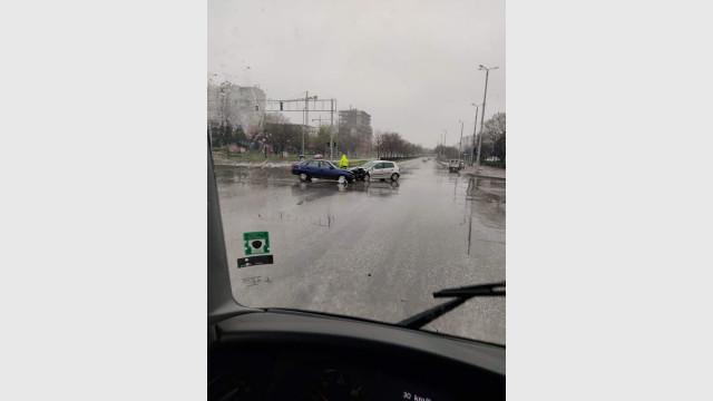 Успяха! Две коли се удариха на празен булевард СНИМКИ