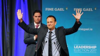 На първа линия: Ирландският премиер облича лекарската престилка заради Covid-19