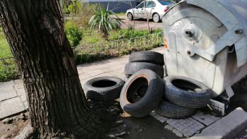Сметище за стари гуми се появи насред улица в Кючука