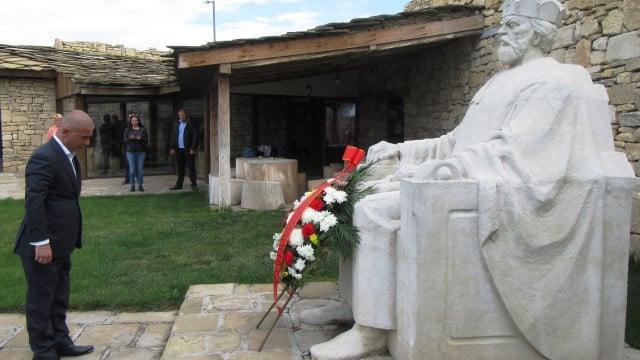 Арменец с пловдивска връзка вдигна паметник на българското А, Б, В - 8