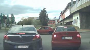 Хит в мрежата: Пловдивски шофьори с уникална маневра ВИДЕО