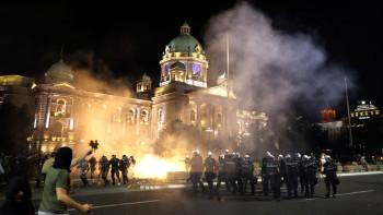 Екшън в Сърбия: Нападнаха парламента, полицията атакува