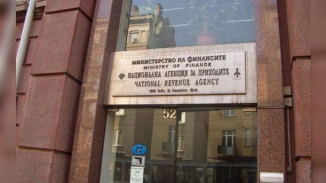 Глобиха НАП с 55 000 лева, запорирала сметки на жена заради чужд дълг