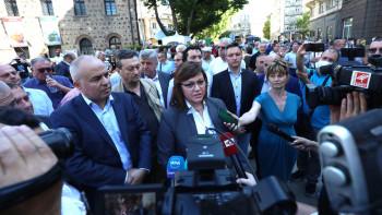 Радев отиде при протестиращите пред президентството ВИДЕО