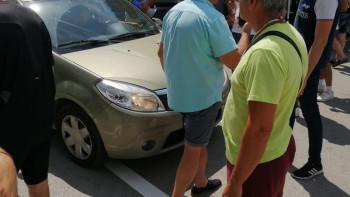 Сблъсък! Протестиращи барикадираха колите на ГЕРБ