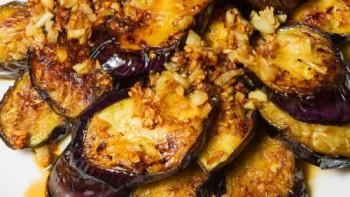 Страхотна вечеря: Печен патладжан с чесън и орехи РЕЦЕПТА
