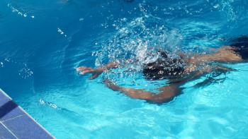 Насилие над дете: Служител удари момче след урок по плуване