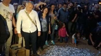 Протестърите с купчина риба пред Министерски съвет ВИДЕО/СНИМКИ