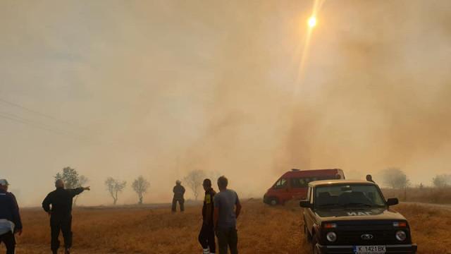 Огромни ресурси хвърлени срещу огъня, заплашил село