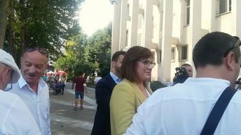 С гълъби и протестни писма посрещнаха Нинова в Хасково