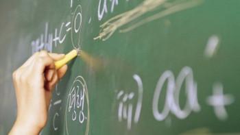 Виц на деня: Учителят по математика влиза в клас