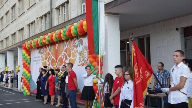 """В """"Левски"""" посрещнаха тържествено първи, пети и осми клас"""