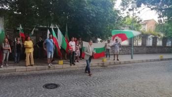 Протестиращите искат среща с Радев, посрещна ги кордон