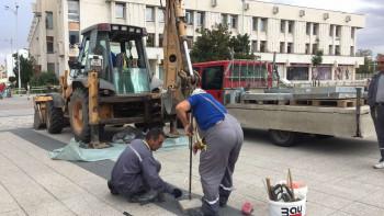 """Камиони за дезинфекция потрошиха новия площад """"Централен"""""""