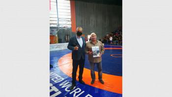 Наградиха легендарен борец с почетна значка на Пловдив