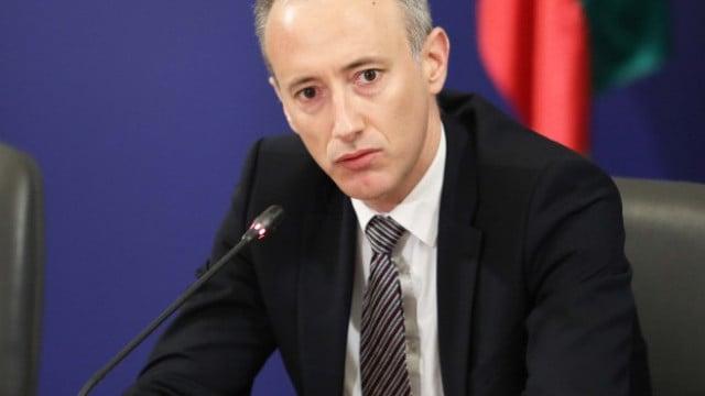 Министърът на образованието се самоизолира