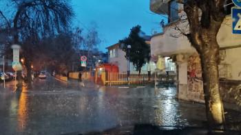Дъждовете превърнаха градски улици в реки