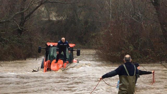 Спасиха помпиер, заседнал с трактор в придошла река