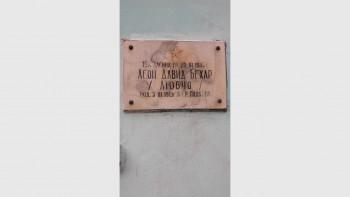Почистват надрасканата отвандали паметна плоча на евреин в Пловдив