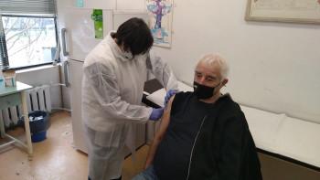 Ден втори от масовата имунизация: Опашките пред РЗИ в Пловдив се стопиха СНИМКИ