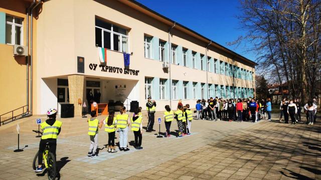 Деца и полицаи с грижа за бъдещето, засадиха дръвче СНИМКИ