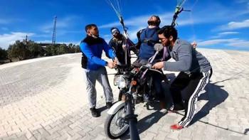 Смелчага лети над Памуккале с мотоциклет и парапланер СНИМКИ/ВИДЕО