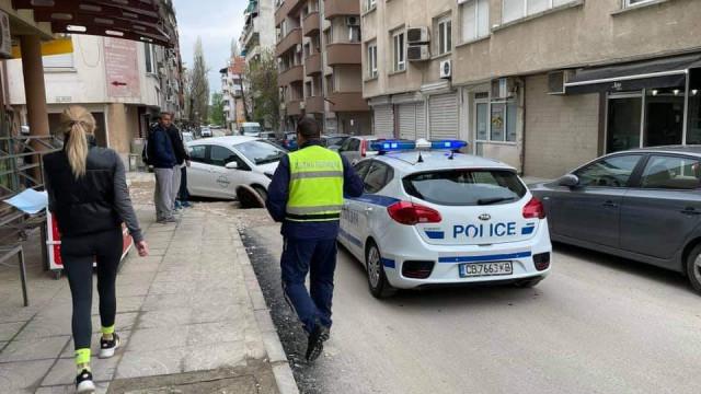 Автомобил хлътна в шахта в центъра на Пловдив СНИМКИ - 1
