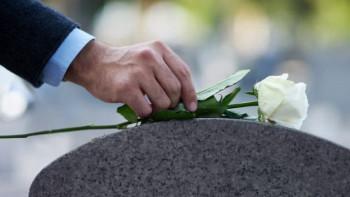 Гробищата на село претъпкани, заравят мъртвите в дворовете