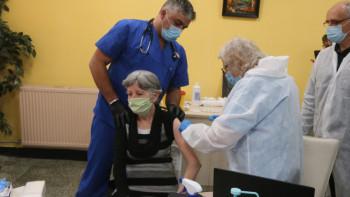 Двама столетници се решиха на ваксина, 90 000 го направиха досега в Пловдивско