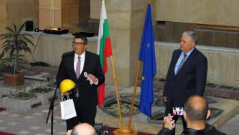 Каска и ножица за откриване на ГКПП получи новият областен управител в Смолян