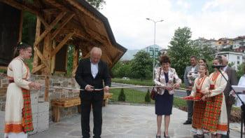 Председателят на настоятелството наВСУ проф. Анна Недялкова дари кът за отдих с чешма на Смолян
