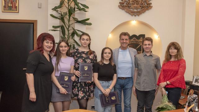 Кметът на Пазарджик награди ученици от МГ за постигнатите резултати на Националната олимпиадата по информационни технологии