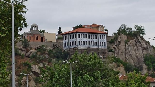 Дядо Николай върна блясъка на бившето гръцко училище на Джамбаз тепе